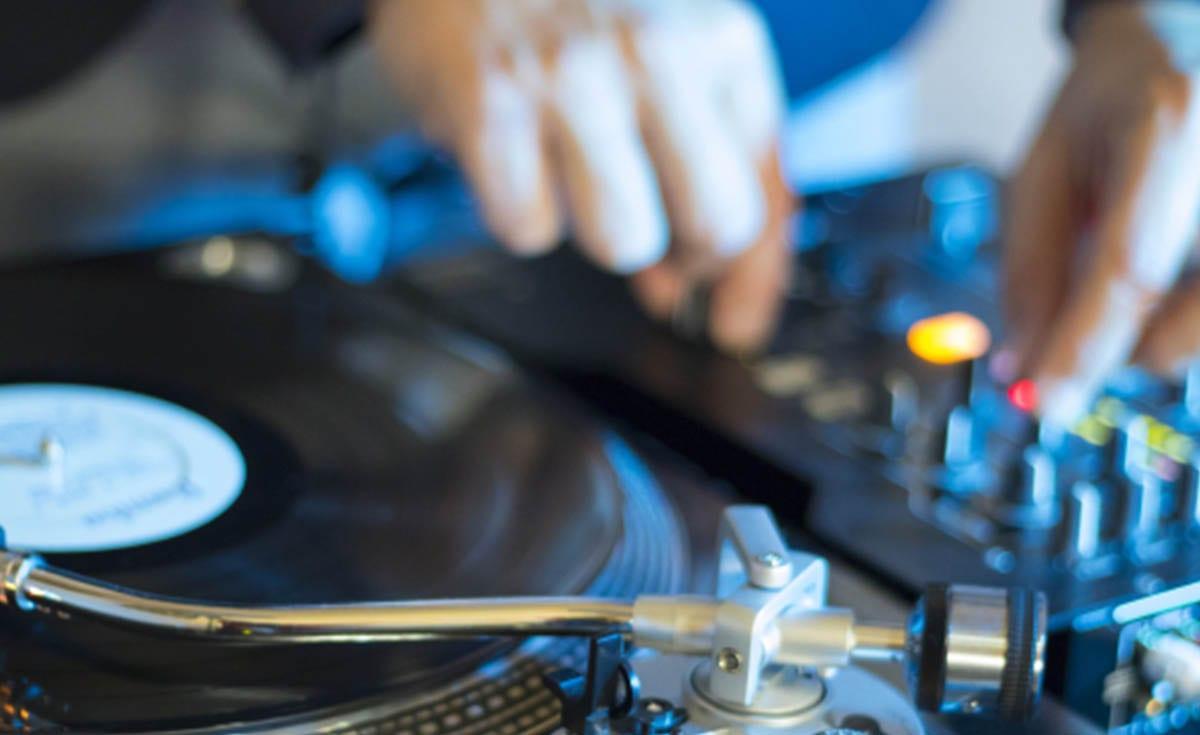 LA IMPORTANCIA DEL DJ EN UNA BODA